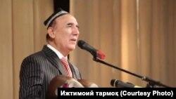 Шерали Жўраев кўпинча тор билан қўшиқ куйлайди