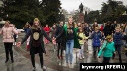 Танець дівчаток-підлітків в Ялті, 23 лютого 2018 року