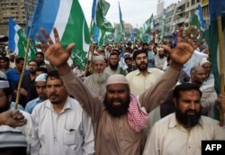 Thousands of Muslim hard-liners took to the streets to denounce the execution of Islamist assassin Mumtaz Qadri.