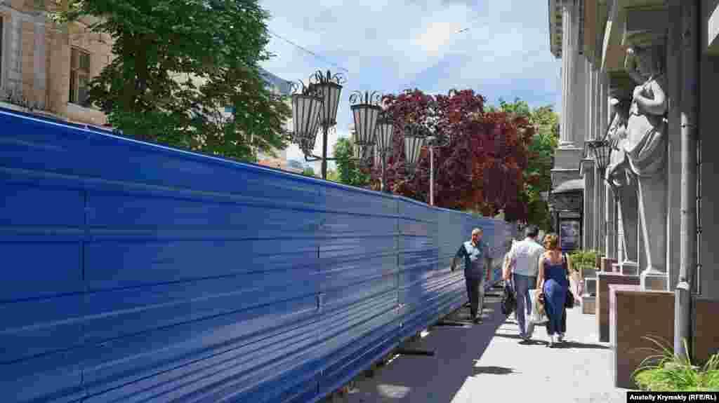 Одну зі слив Піссарді (з багряним листям) перед театром імені Горького будівельники планують викорчувати