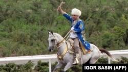 Президент Туркменистана Гурбангулы Бердымухамедов верхом на коне. Апрель 2011 года.