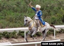 Президент Туркменистана Гурбангулы Бердымухамедов верхом на коне.