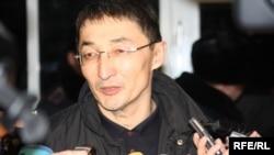 Адвокат Нурлан Бейсекеев сообщает журналистам о приговоре Мухтару Джакишеву. Астана, 12 марта 2010 года.