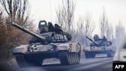 Украинаның Донецк облысында кетіп бара жатқан танкілер колоннасы. Шахтёрск қаласы, 10 қараша 2014 жыл.
