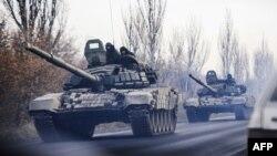 Сепаратистер бақылауындағы аймақтан Донецкіге қарай кетіп бара жатқан әскери техникалар. 10 қараша 2014 жыл.