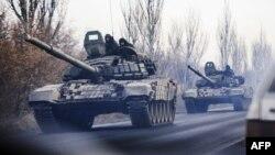 Танкова колона рухається на підконтрольній бойовикам території, Шахтарськ, 10 листопада 2014 року