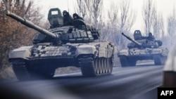 Танковая колонна движется на контролируемой сепаратистами территории Донецкой области