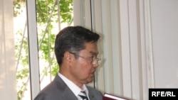 Медеу Ахметкал, директор Института географии, доктор географических наук и профессор, выступает в качестве свидетеля на суде над бывшими руководителями министерства экологии. Астана, 20 июля 2009 года.