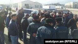 Ոստիկանները հորդորում են ցուցարարներին բացել ճանապարհը, 9-ը հունվարի, 2018թ.