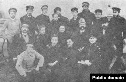 Микола Міхновський (другий ряд, перший праворуч) серед прибічників у Харкові