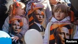 Երեխաները մասնակցում են «Ղրիմում և Ուկրաինայում ռուսախոսների հետ համերաշխության» հանրահավաքին, Մոսկվա, 10 մարտի, 2014թ.