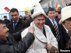 Алмосбек Атамбоев дар миёни тарафдоронаш...