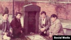 Қиял Сабдалин (оң жақтан екінші) Мұстафа Шоқайдың зираты басында. Берлин, 1989 жыл.