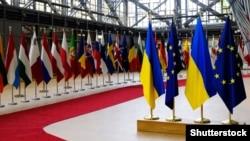 Еуропа кеңесіндегі Украина мен ЕО елдерінің тулары, Брюссель (Көрнекі сурет).