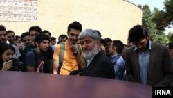 علی مطهری پیش از یکی از سخنرانیهایش در دانشگاه تهران