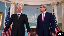 Азербайжандын президенти Илхам Алиев менен АКШнын мамкатчысы Жон Керри