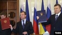 ვიქტორ იანუკოვიჩი, უკრაინის პრეზიდენტი (მარჯვნივ) და დმიტრი მედვედევი, რუსეთის პრეზიდენტი ხარკოვში ხელშეკრულების ხელმოწერის შემდეგ