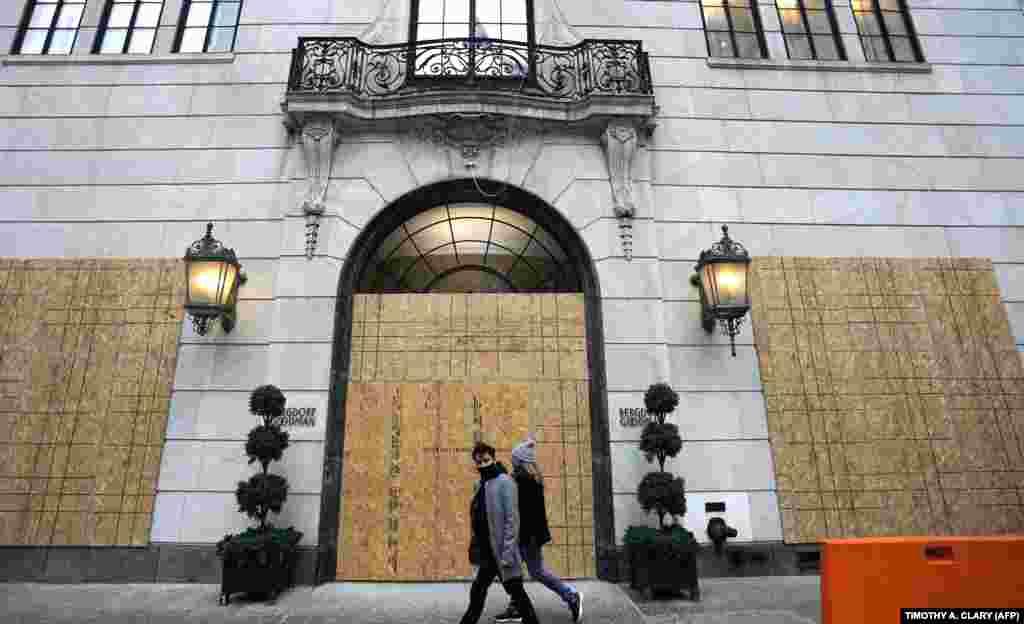 Вікна і двері крамниці Bergdorf Goodman на 5-й авеню в Нью-Йорку забиті дошками. 1 листопада 2020 року