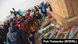 Возложение цветов к монументу Независимости. Алматы. 16 декабря 2019 года.