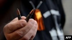 Liderul local Viaceslav Ponomarev arată muniție găsită după schimbul de focuri de la un punct de control de la Slaviansk, 20 aprilie 2014