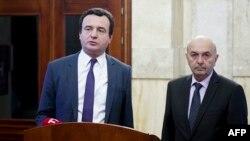Albin Kurti dhe Isa Mustafa më 2 shkurt, ditën kur njoftuan se kanë arritur marrëveshje për bashkëqeverisje.