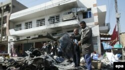يک مقام پليس بغداد گفت که اين انفجار در خيابان «متنبی» رخ داد که باعث کشته شدن ۲۶ نفر و مجروح شدن ۵۴ نفر ديگر شد.