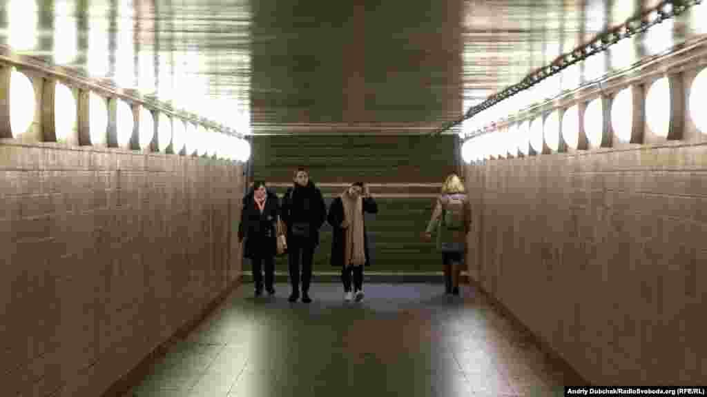 Вхід до станції метро «Бернауер-штрассе». Під час холодної війни мур був навіть тут, під землею (архівне фото нижче)