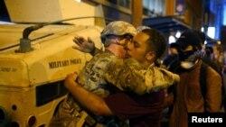 Братание участников протестов и национальной гвардии в Шарлотте