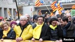 Carles Puigdemont (centru) la un protest în sprijinul independenței regiunii catalane, Bruxelles, decembrie 2017