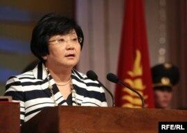 Қырғызстан президенті қызметіне кіріскен Роза Отунбаева ант беріп тұр. Бішкек, 3 шілде 2010 жыл.