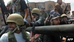 Ливия көтерілісшілері Мисурата қаласындағы әуежай маңын күзетіп тұр. 11 мамыр 2011 жыл.