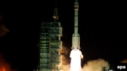 A rocket carrying the Shenzhou-9 spacecraft blasts off from the Jiuquan Satellite Launch Center