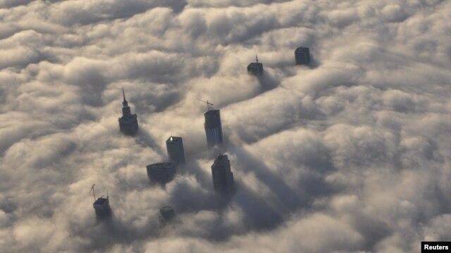 Varșovia văzută de sus în ceață.