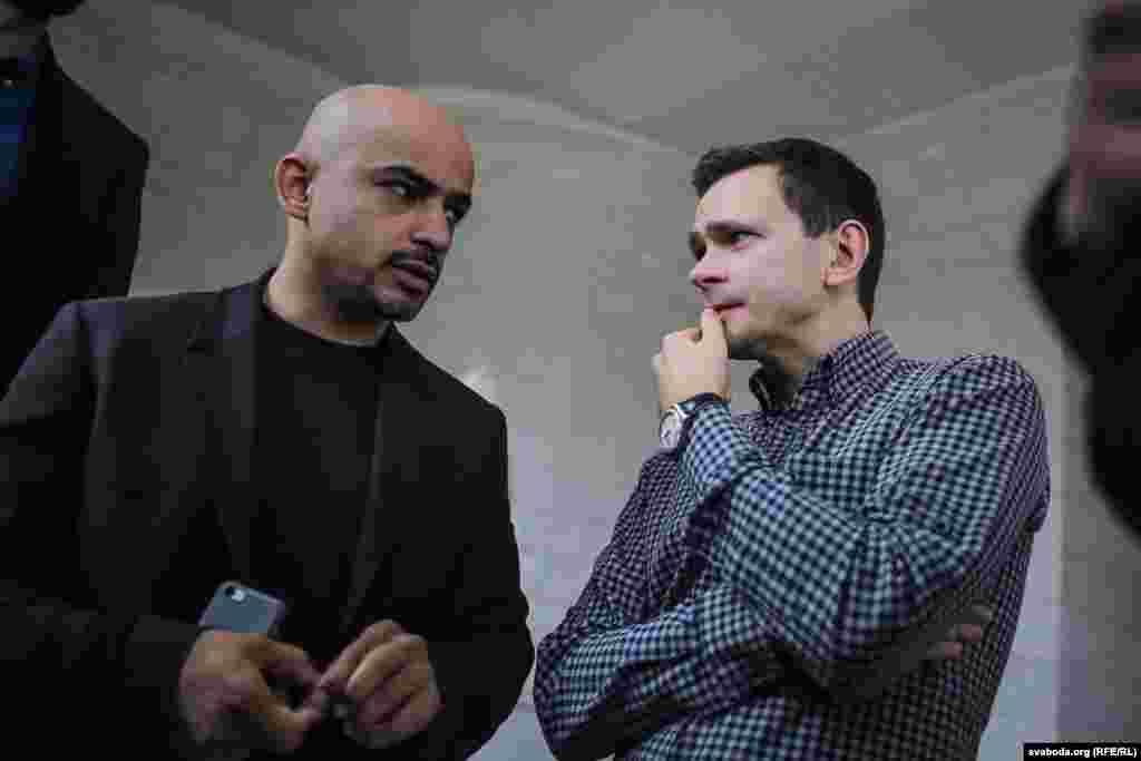 Расейскі апазыцыянэр Ільля Яшын (справа) і журналіст, дэпутат Вярхоўнай Рады Ўкраіны Мустафа Найем