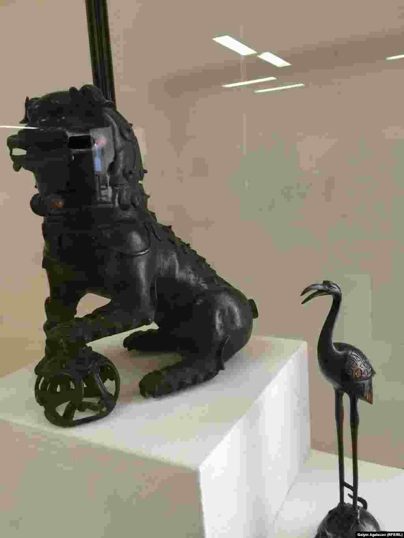 Курильница в виде фигуры льва-собаки. Второй экспонат - цапля, стоящая на черепахе. Китай, 19-й век.