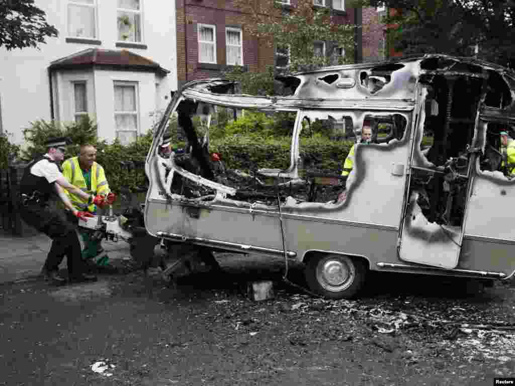 Pagube în cartierul Toxteth la Liverpool, după violențele de la 10 august. Photo by Phil Noble for Reuters
