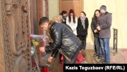 Посетители армянского культурного центра «Луйс» возлагают цветы и зажигают свечи в память о погибшей семье Аветисян. Алматы, 25 января 2015 года.