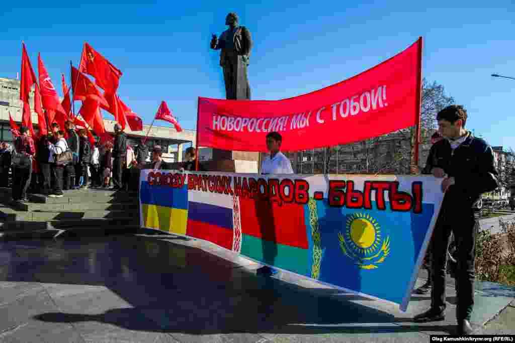 Украинаның бер өлешен аерып Новороссия төзү идеясенә теләктәшлек.