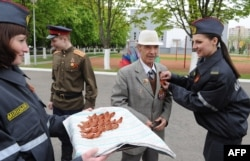 Георгиевские ленточки в Белоруссии в начале мая раздавала даже милиция
