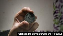 Монета в руках Бекіра Куку