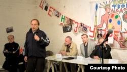 Андрея Ерофеева (стоит) уволили из Третьяковки не дожидаясь окончания разбирательства