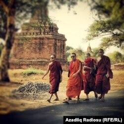 Myanmada rahiblər.