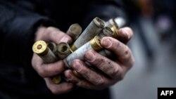 Протестувальник тримає гільзи від використаних силовиками набоїв, 20 лютого 2014 року