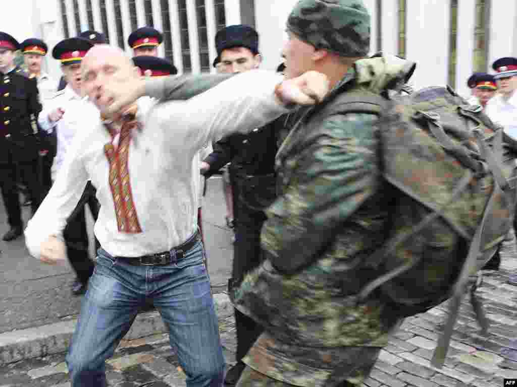 В Киеве подрались сторонники УНА-УНСО и верующие, встречавшие патриарха Кирилла