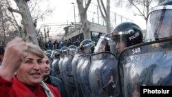 Ոստիկանությունը հսկում է Երեւանի Ազատության հրապարակը նախքան ընդդիմությանը հրապարակ թողները, 17 մարտ, 2011
