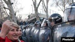 Армения – Войска полиции контролируют вход на площадь Свободы, Ереван, 17 марта 2011 г.