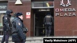Полиция ходимлари Навальнийнинг Коррупцияга қарши кураш жамғармаси офиси олдида рейд ўтказиш учун йиғилмоқда. 2018 йил, 28 январда ўтказилган рейд олдидан олинган сурат.