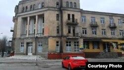 Повреждения на бывшей гостинице (фото автора)