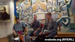 Сергій Жадан (посередині) у Мінську