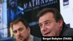 Режиссер фильма Алексей Учитель и немецкий актер Ларс Айдингер на пресс-конференции, 13 июня 2017 года